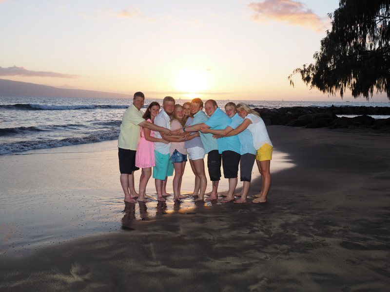 A family of 9 portraits on a Maui beach at sunset