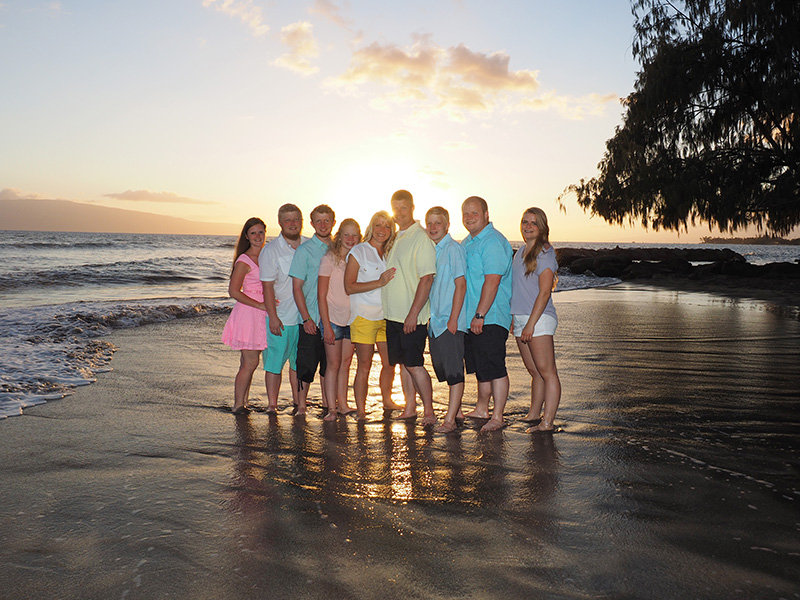 large family portraits on Maui